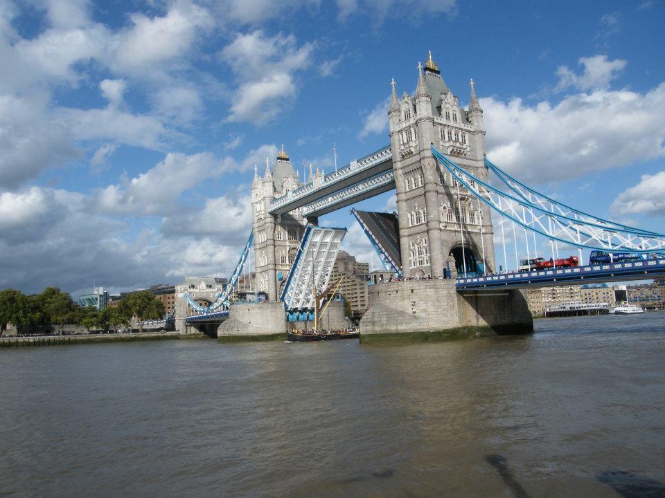 envie de voir la lev e du tower bridge une astuce londonienne. Black Bedroom Furniture Sets. Home Design Ideas