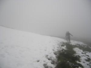 Ascension dans la neige et le brouillard