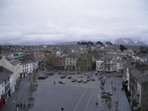 Vue sur la place centrale de Caernarfon et sur le Parc Snowdonia en arrière-plan