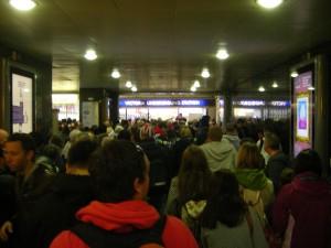 La queue pour rentrer dans la station de métro Victoria