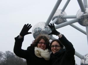 Marie-Anne et moi devant l'Atomium