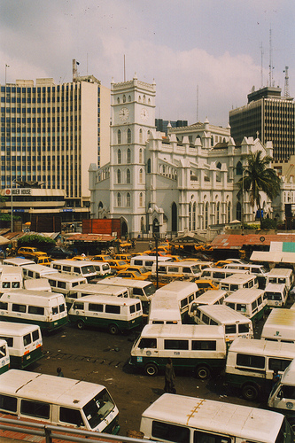 Lagos: 15 millions d'habitants. Une immense mégalopole surpeuplée. Un chaos urbain...