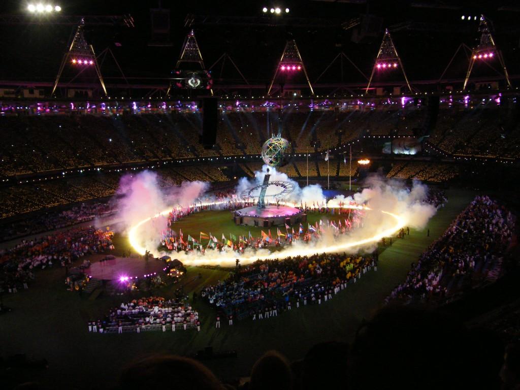 Les porteurs de drapeaux forment un coeur dans le stade