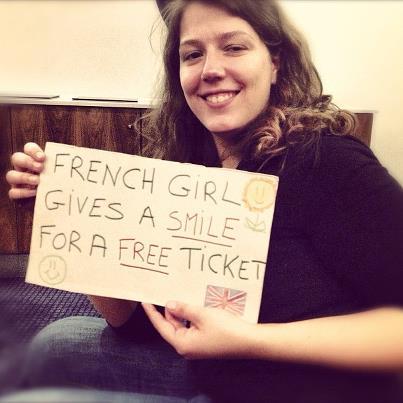 Jeune fille échange un sourire contre un ticket grtauit