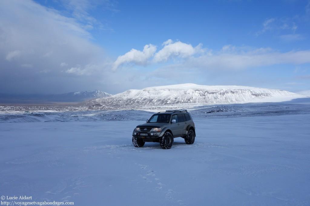 La super-jeep sur le glacier