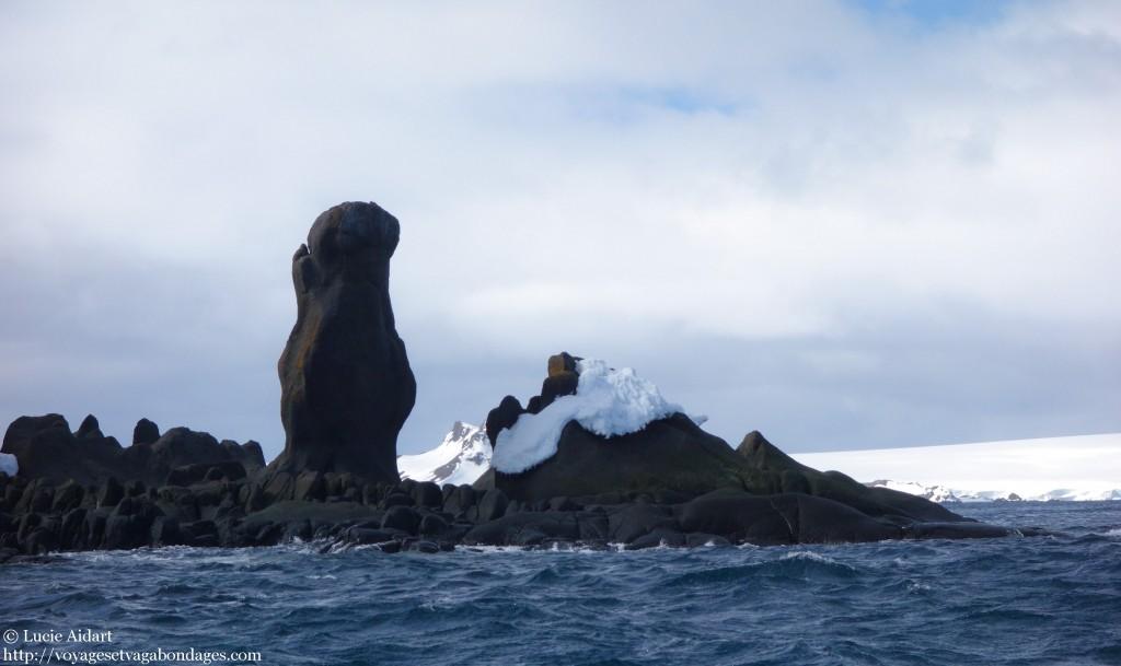 Croisière en zodiac en Antarctique à la découverte de drôles de formations rocheuses