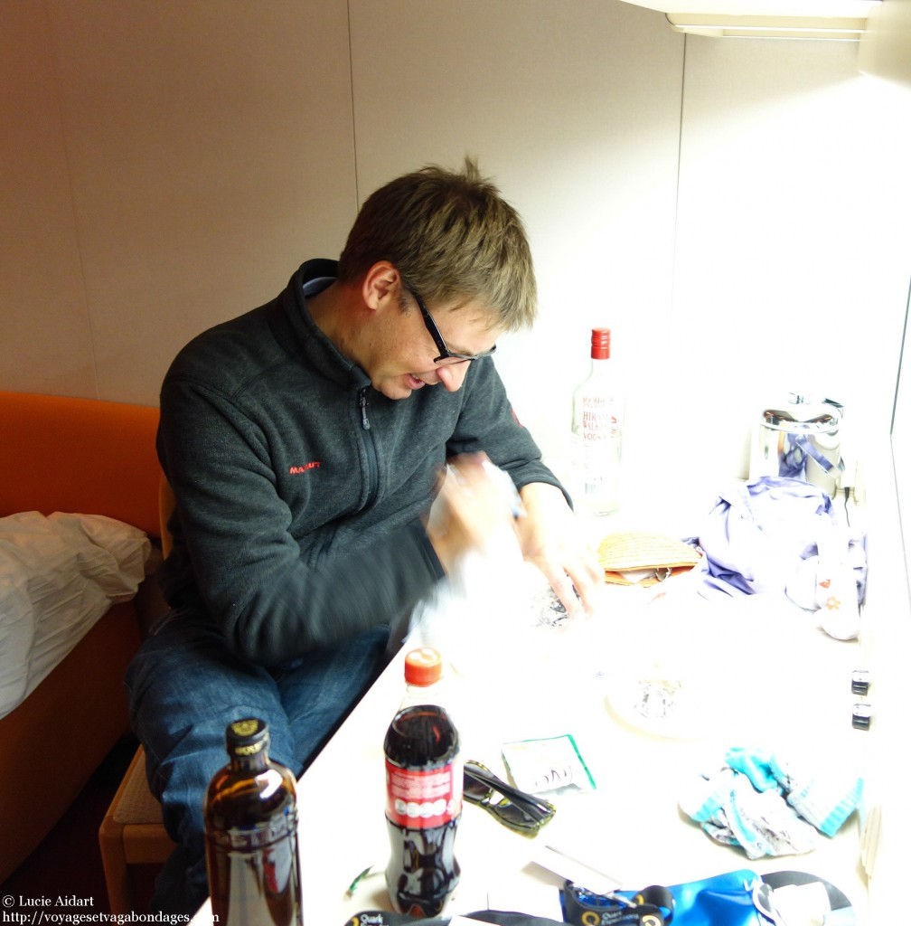 Markus coupe la glace à la petite cuillère - Fêter Noël en Antarctique - Une ambiance de fin du monde