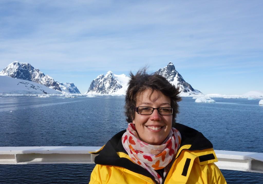 Lucie devant le Chenal Lemaire - Le denier jour en Antarctique