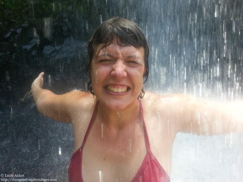 Se baigner sous une cascade