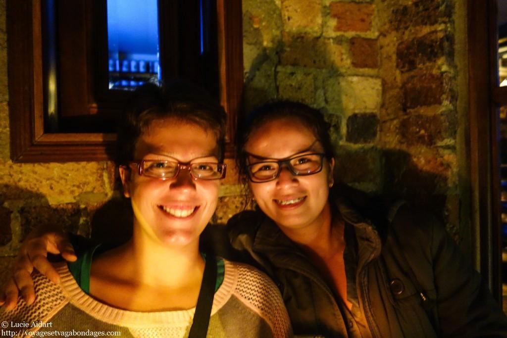 Avec Pili dans un bar de la ville