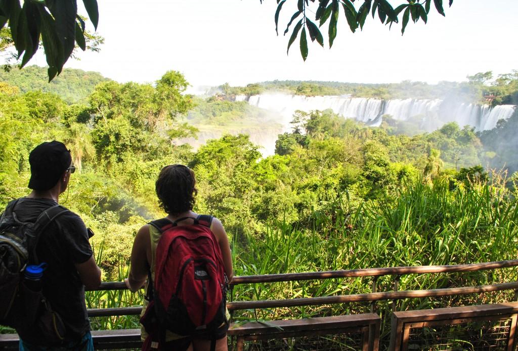 En contemplation devant les Chutes d'Iguazu
