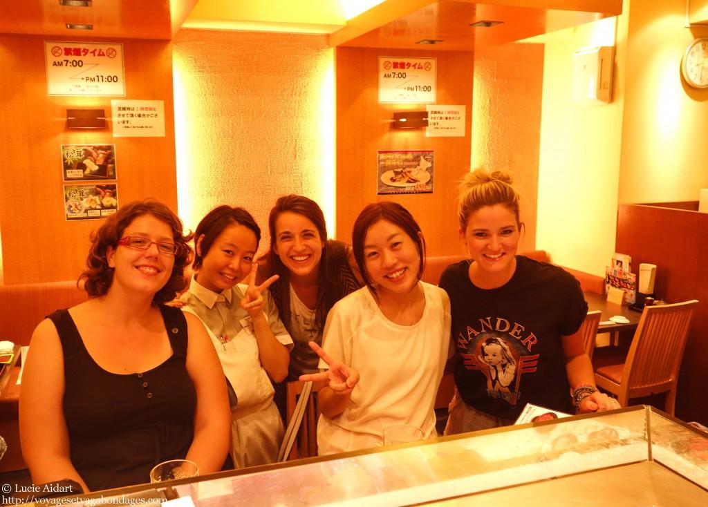 Avec Yumeko, notre serveuse et deux américaines