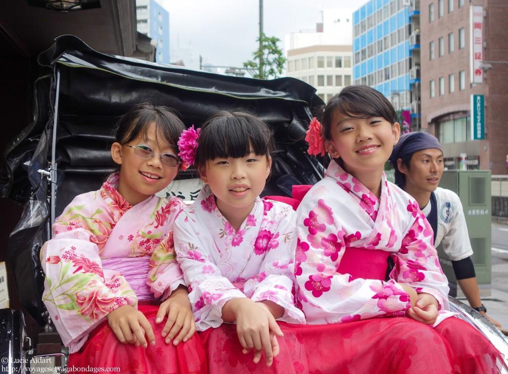 De jeunes touristes vivent leur expérience japonaise à fond