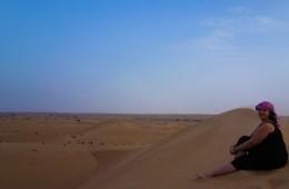 Pensive lors d'une excursion dans le désert de Dubaï