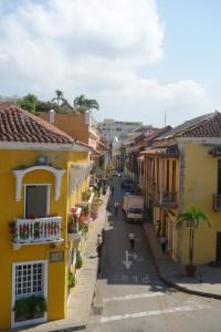 Sur les murs de la citadelle à Carthagène des Indes, voyage en Colombie, vue sur les couleurs de Cartagena