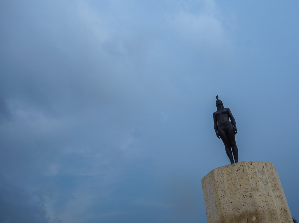 Sur les murs de la citadelle de Carthagène des Indes, voyage en Colombie, statue indigène sur fond de ciel gris