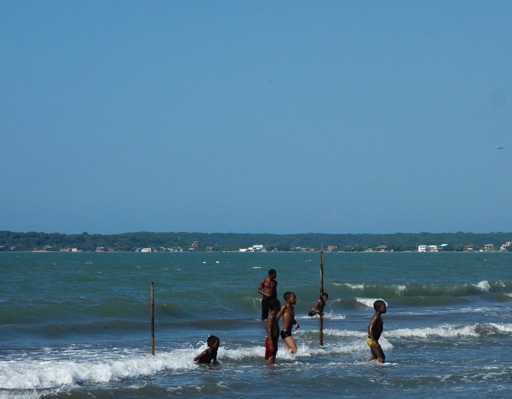 enfants qui jouent sur la plage de La Boquilla à Carthagène des Indes, voyage en Colombie
