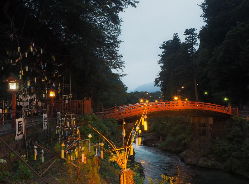 Lumières sur le Pont Shinkyo au-dessus de la rivière Daiya