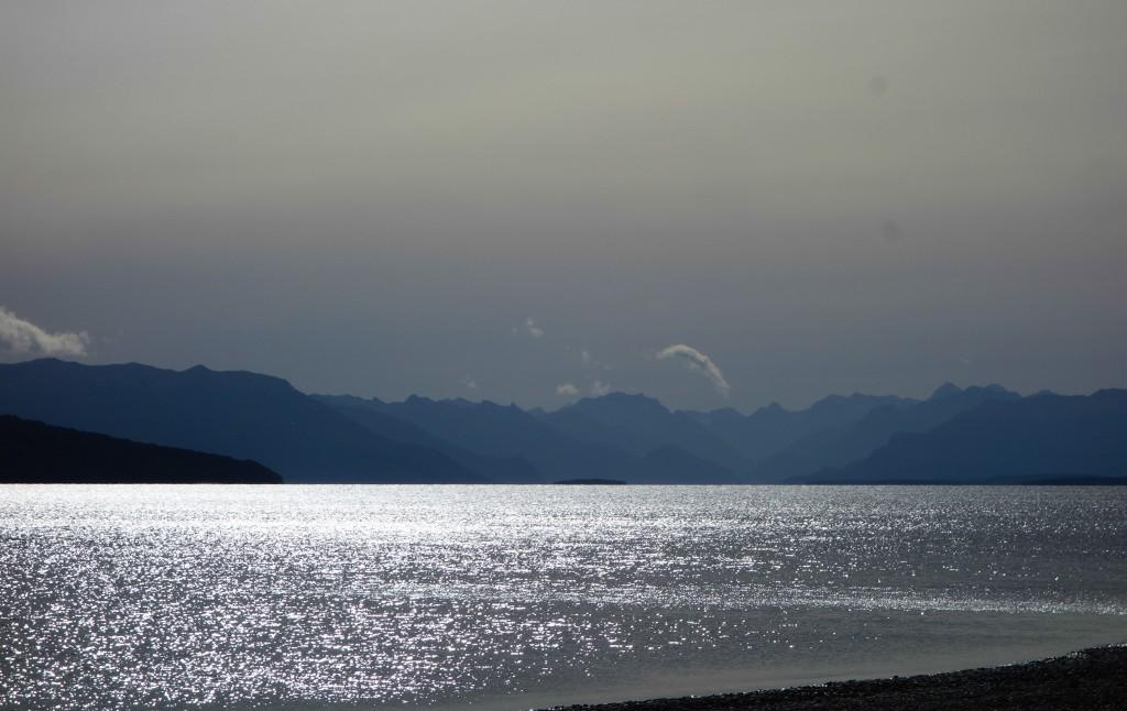 Les abords de la rivière à Te Anau, Nouvelle-Zélande, par Voyages et Vagabondages