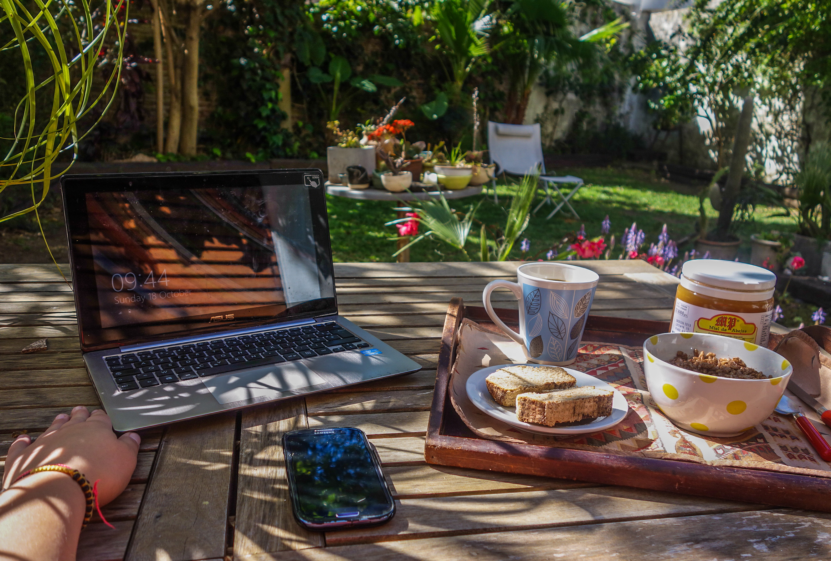 Petit-déjeuner et boulot dans le jardin à Vincente Lopez