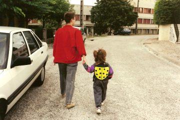 En route pour l'école, premiers pas nomades avec ma maman