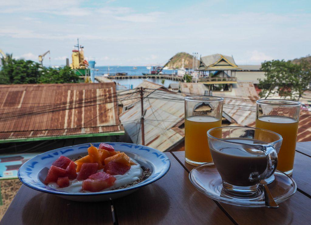 Petit-déjeuner avec vue à l'hôtel Le Pirate à Labuan Bajo, Flores