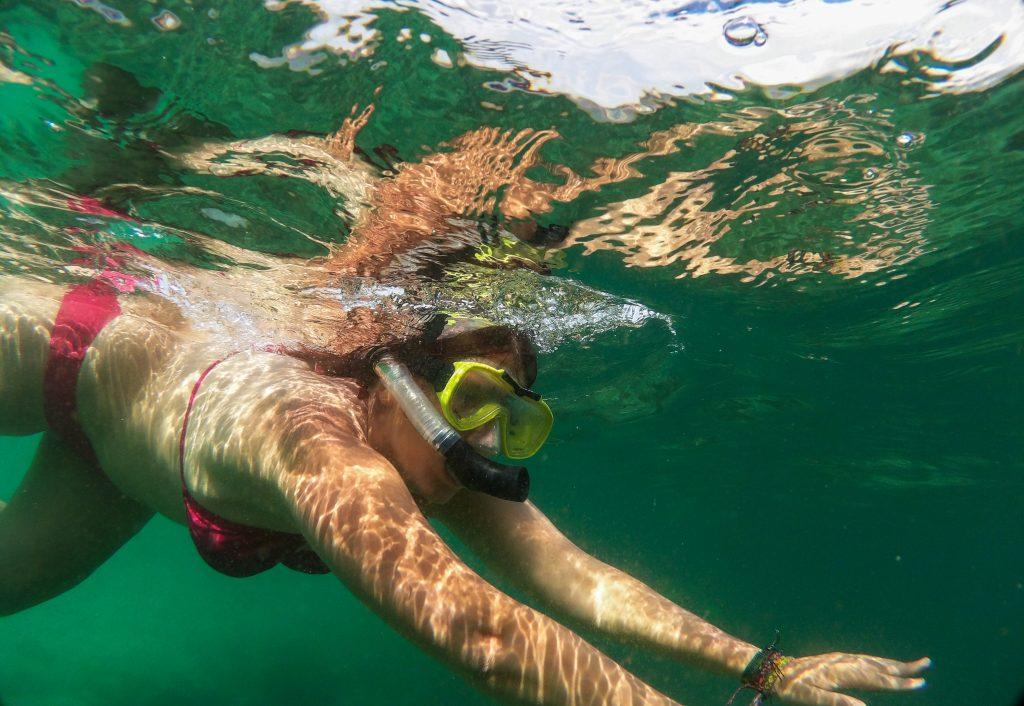 Faire du snorkeling à Pink Beach, à Komodo en Indonésie