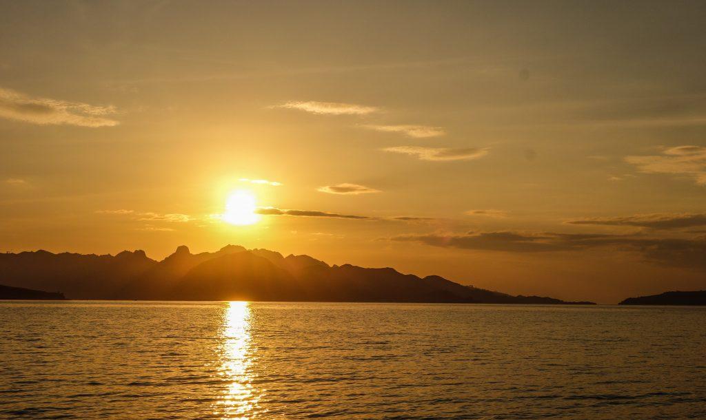 Lever du soleil sur le Parc National de Komodo, à Flores en Indonésie