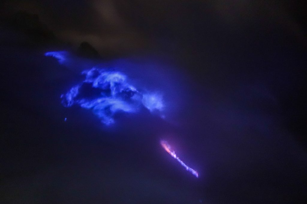 Flammes bleues de souffre à Kaway Ijen, sur Java en Indonésie