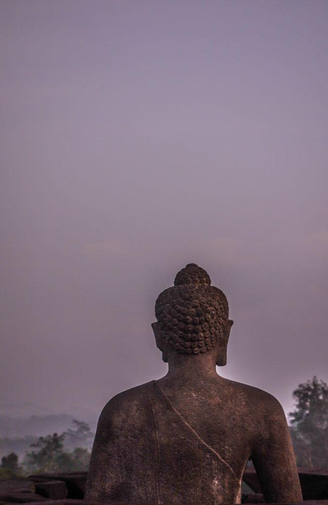 Voir le lever du soleil sur le temple de Borbudur à Java en Indonésie