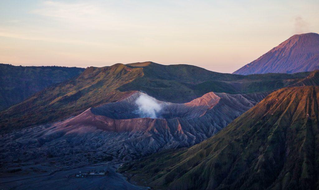 Lever du soleil sur le Mont Bromo sur l'île de Java en Indonésie