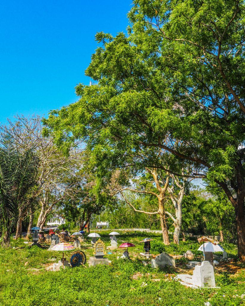 Voyager à Bali: à la quête de la beauté sur l'île des dieux: un cimetière balinais
