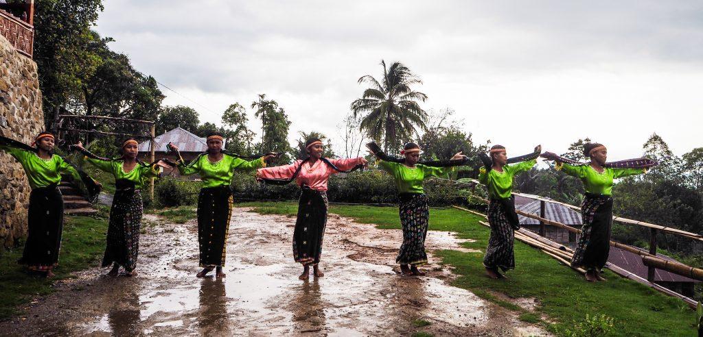 Voyager en Indonésie hors des sentiers battus: danse Caci au village Melo