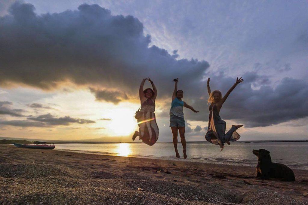 Voyager en Indonésie avec des amis sur l'île de Flores