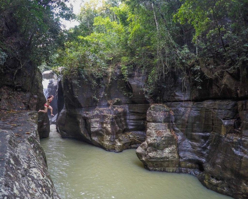Voyager en Indonésie hors des sentiers battus: sauter d'en haut d'une cascade sur l'île de Flores
