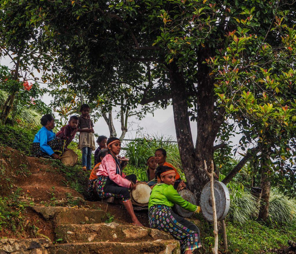 Voyager en Indonésie hors des sentiers battus: cérémonie de bienvenue au village Melo
