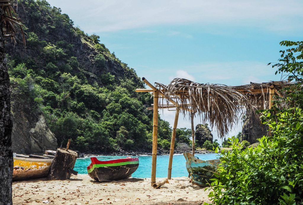 Voyager en Indonésie hors des sentiers battus: la plage de Koka à Maumere sur l'île de Flores