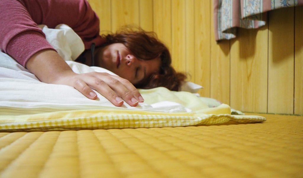 Une expérience traditionnelle et unique au Japon: dormir dans une guesthouse traditionnelle sur l'île de Taketomi à Okinawa