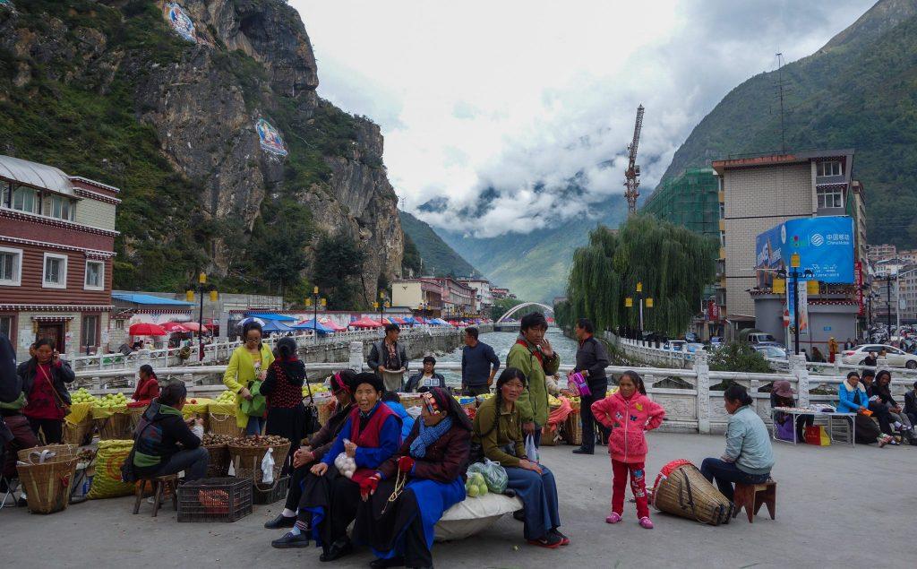Marché à Kangding en Chine Tibétaine - Passage de la frontière terrestre de la Chine au Laos, entre Xishuangbanna et Luang Namtha - Récit et retour d'expérience. Tour du monde - Bienvenue au Laos