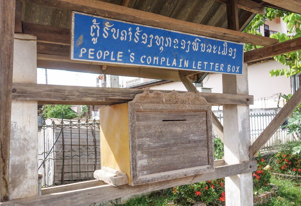 Une boîte pour se plaindre au Laos - Passage de la frontière terrestre de la Chine au Laos, entre Xishuangbanna et Luang Namtha - Récit et retour d'expérience. Tour du monde - Bienvenue au Laos