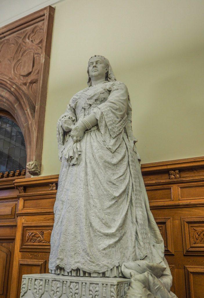 Statue de la Reine Victoria, une main en moins - Visite du Guldhall à Derry - Que faire et que visiter à Derry / Londonderry en Irlande du Nord? Guide pratique complet et conseils