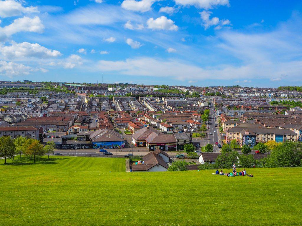Vue sur le Bogside à Derry - Que faire et que visiter à Derry / Londonderry en Irlande du Nord? Guide pratique complet et conseils