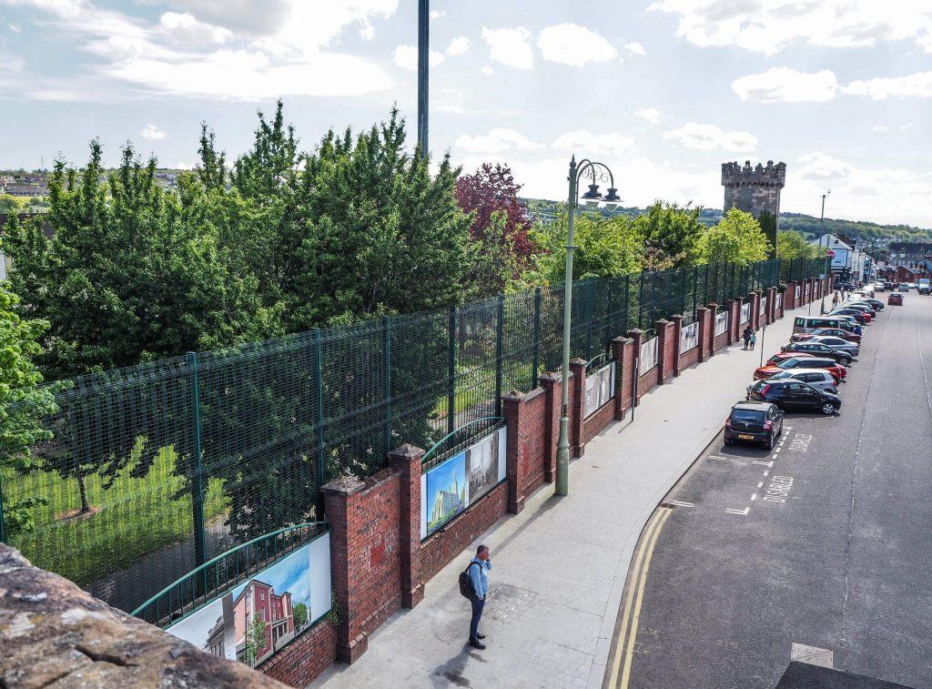 Le mur divisant la ville à Derry, entre le Bogside et The Fountain - Que faire et que visiter à Derry / Londonderry en Irlande du Nord? Guide pratique complet et conseils