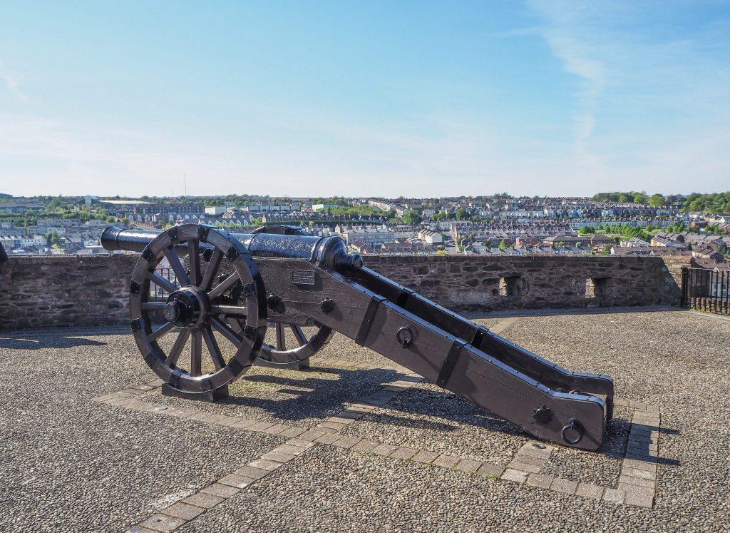 Sur les murs de la ville fortifiée de Derry, ses canons historiques - Que faire et que visiter à Derry / Londonderry en Irlande du Nord? Guide pratique complet et conseils