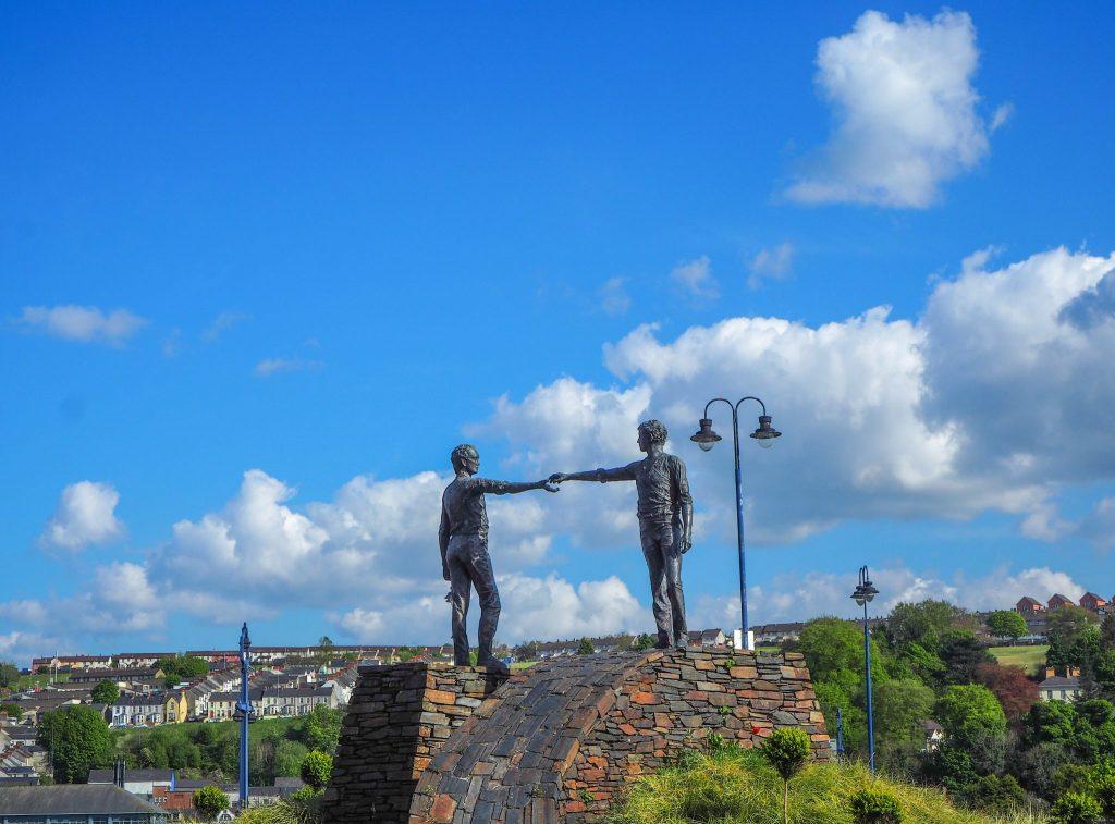 Statue symbolisant la paix à Derry - Que faire et que visiter à Derry / Londonderry en Irlande du Nord? Guide pratique complet et conseils