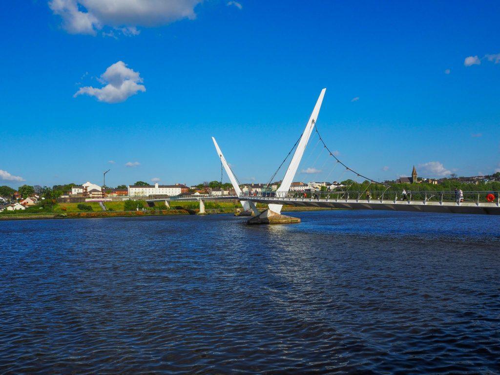 Le Peace Bridge à Derry - Que faire et que visiter à Derry / Londonderry en Irlande du Nord? Guide pratique complet et conseils