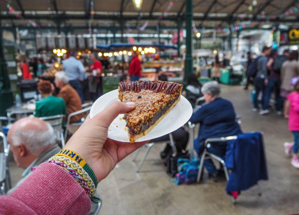 Tarte au noix de pécan au Marché Saint-George à Belfast- Un week-end à Belfast: conseils pratiques et bonnes adresses pour un week-end réussi de quelques jours en Irlande du Nord