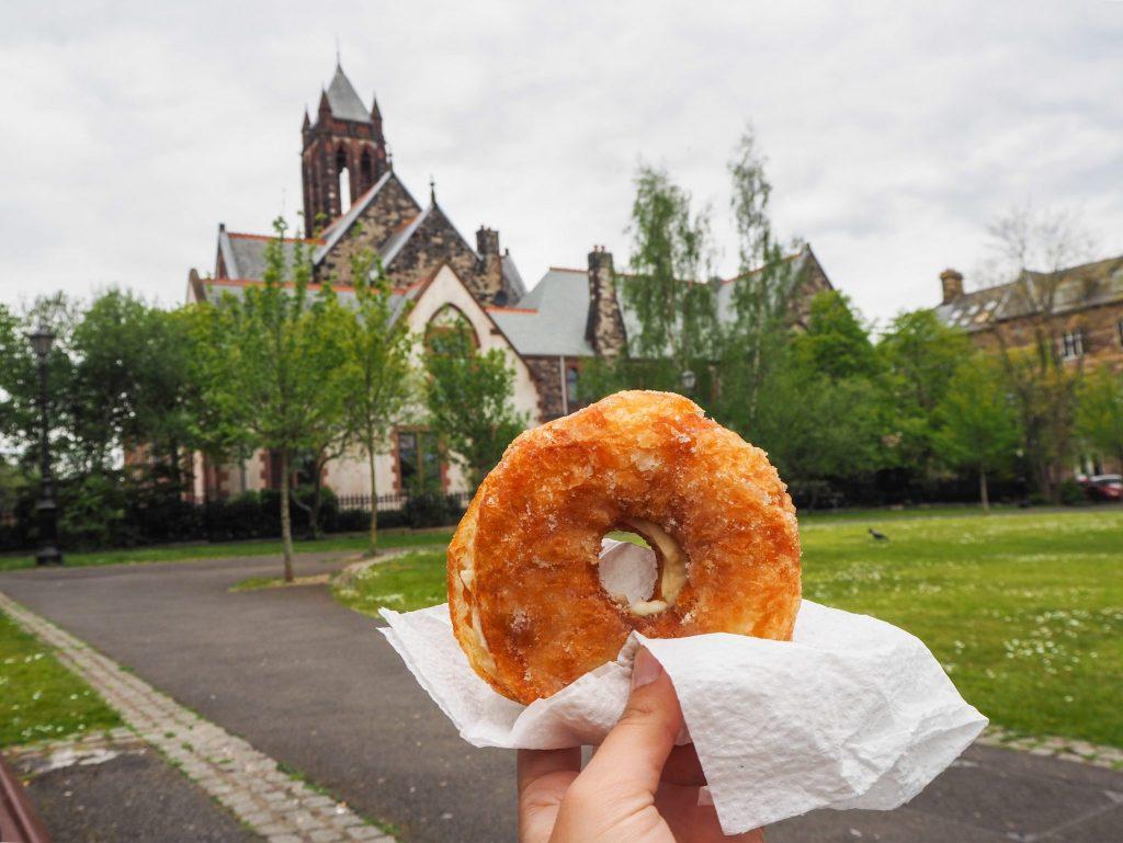 Cronut acheté au Marché Saint-George à Belfast- Un week-end à Belfast: conseils pratiques et bonnes adresses pour un week-end réussi de quelques jours en Irlande du Nord