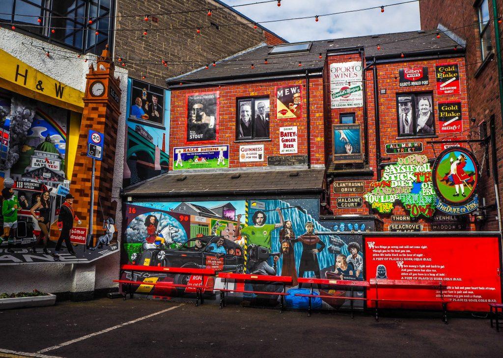 Street art au Dark Horse, un pub à Belfast- Un week-end à Belfast: conseils pratiques et bonnes adresses pour un week-end réussi de quelques jours en Irlande du Nord