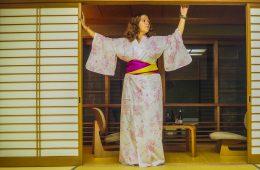 Photo prise à Kinosakionsen en yukata japonais traditionnel à l'aide du retardateur